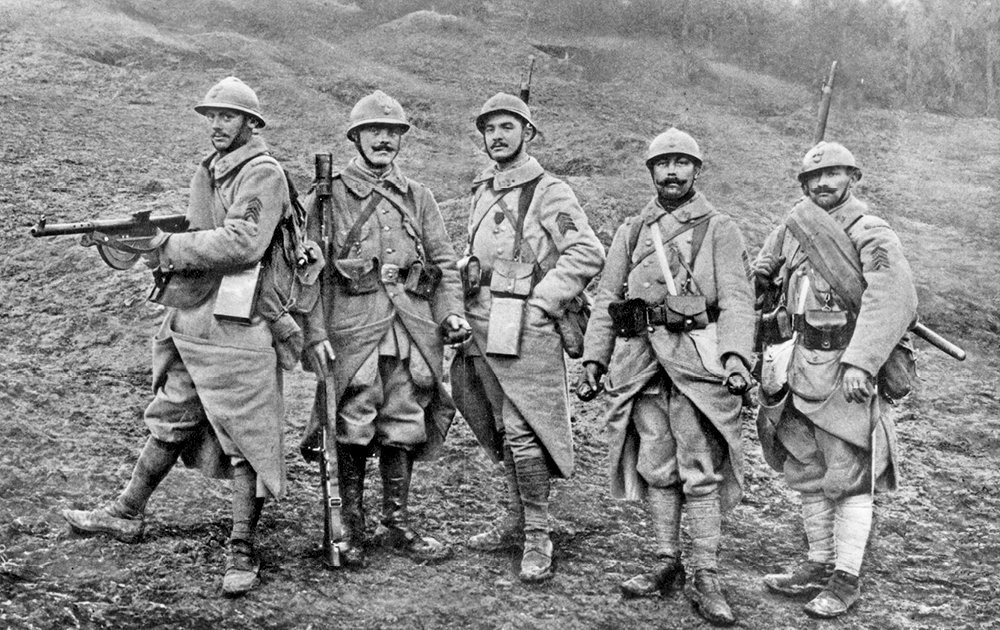 Section d'assaut. Fusilier mitrailleur équipé d'un Chauchat, grenadier fusilier avec lance-grenades Vivien-Bessières et voltigeurs encadrant un grenadier, en 1918.