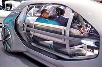 Macron, déjà installé dans la Renault autonome, veut réunir la planète automobile sur le sujet.  ©IAN LANGSDON