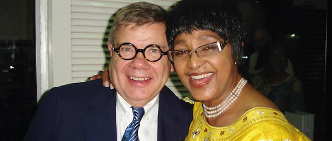 Adepte de la diplomatie parallèle, Jean-Yves Ollivier veut l'appliquer,  par sa fondation Brazzaville, à la résolution de la question libyenne. Il est ici avec Winnie Mandela.