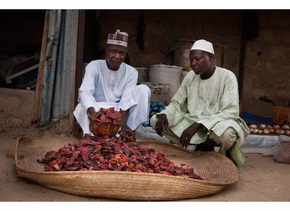Ibrahim Chetima et l'un de ses collègues, vendeur de poivrons. ©  Morgane Wirtz