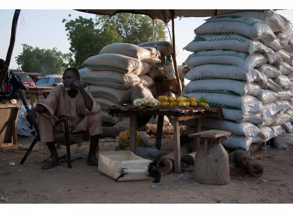 Un vendeur d'engrais au marché de poivrons, Diffa. ©  Morgane Wirtz
