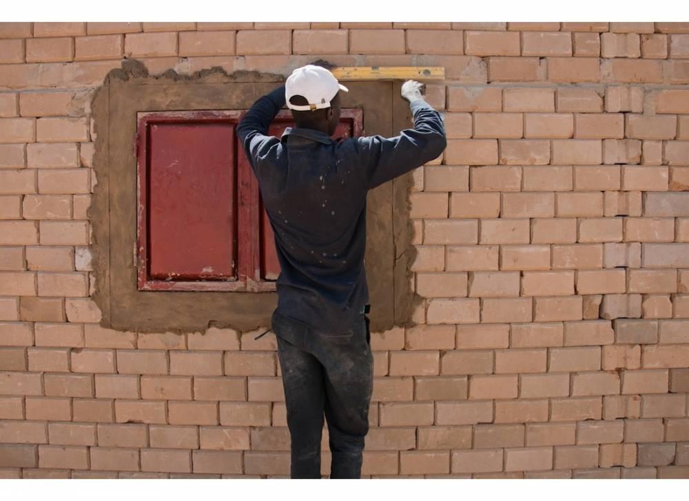 Adamou Mohamadou, réfugié nigérian, construit une maison dans le cadre du projet Urbanisation. ©  Morgane Wirtz