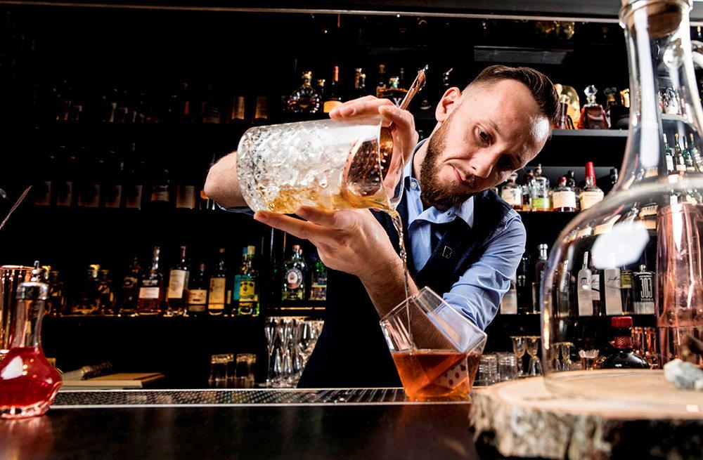 Jérémy Blanc, chef barman au bar Le Charles, de l'hôtel Le Burgundy, à Paris.