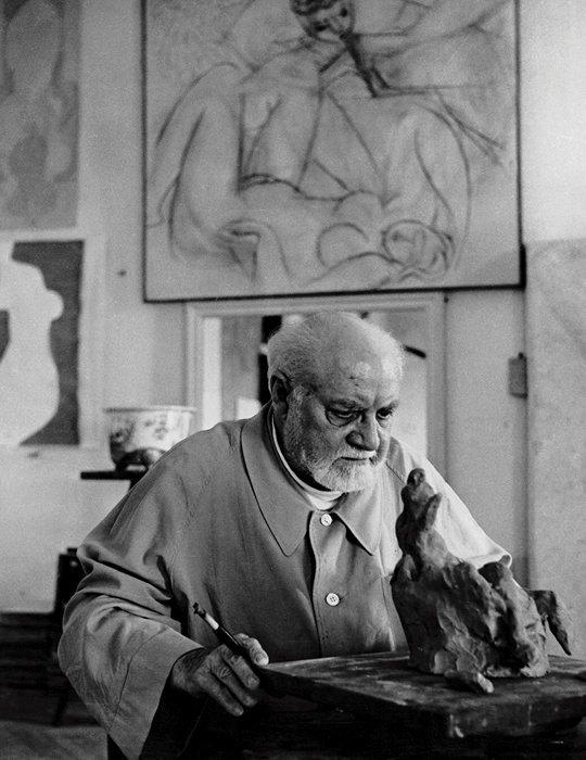 Henri Matisse dans son atelier-appartement du Régina, à Nice.