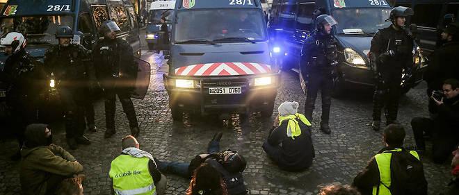 Des gendarmes font face aux manifestants dans le quartier de l'Élysée, à Paris, le 17 novembre.