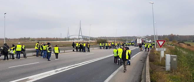 Quelques Gilets jaunes sur le pont de Normandie, le 17 novembre.