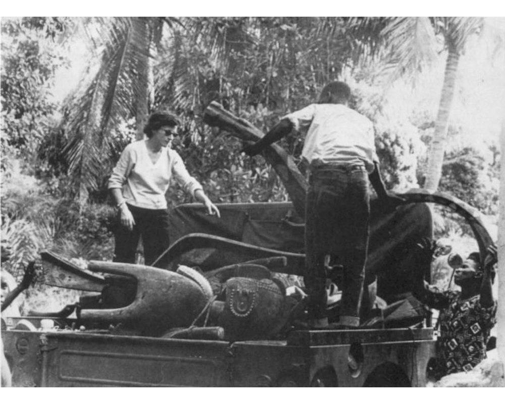 Hélène Leloup et son assistant chargeant une oeuvre Nimba et des serpents Bansonyi dans leur voiture en 1956.    ©  DR