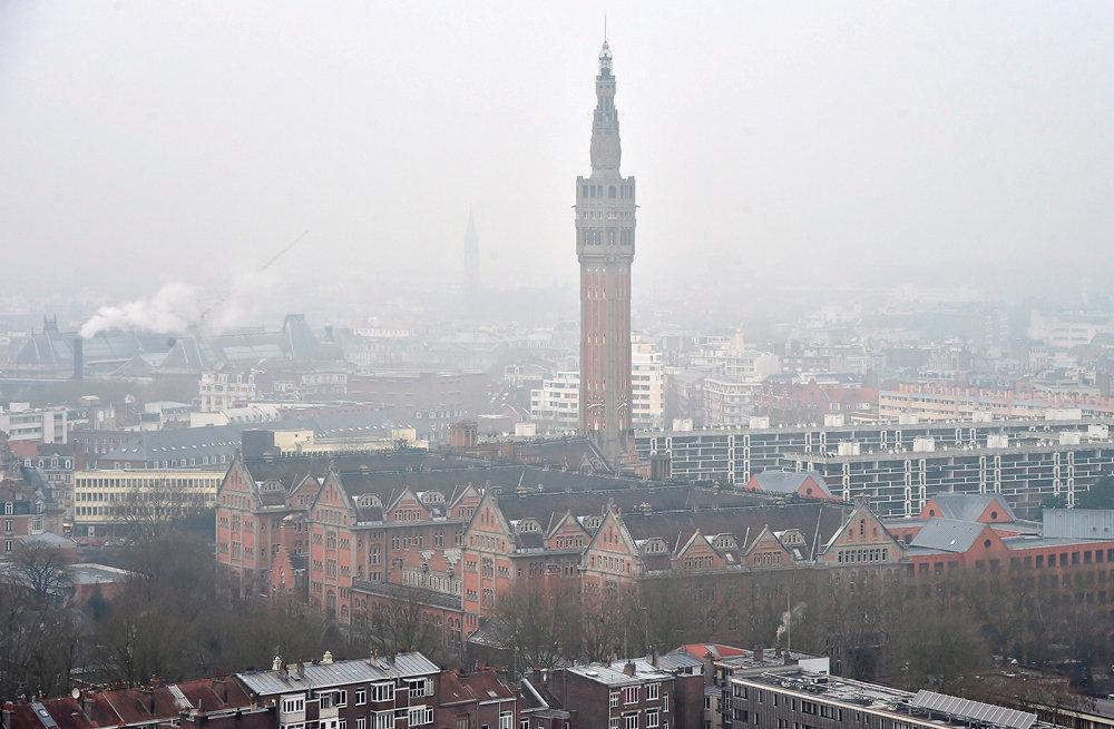 Asphyxie. Le beffroi noyé dans le smog. Selon l'Organisation mondiale de la santé, 90% de la population de la métropole respire au quotidien un air trop chargé en particules.