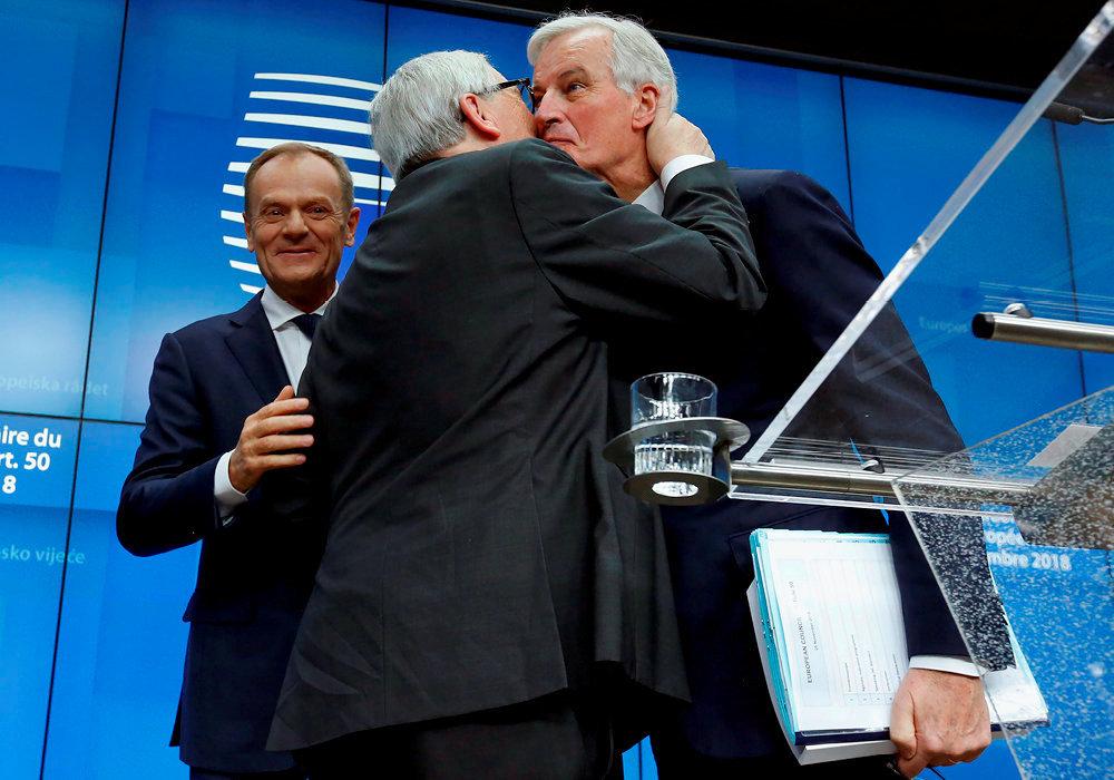 Donald Tusk (président du Conseil européen), Jean-Claude Juncker (président de la Commission) et Michel Barnier (négociateur en chef) se congratulent : en ce dimanche 25 novembre, à Bruxelles, ils ont enfin signé le monumental traité (un pavé de près de 600 pages) du Brexit.
