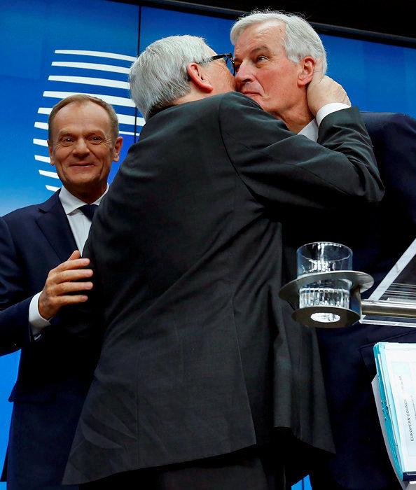 Donald Tusk (président du Conseil européen), Jean-Claude Juncker (président de la Commission) et Michel Barnier (négociateur en chef) se congratulent: en ce dimanche 25novembre, à Bruxelles, ils ont enfin signé le monumental traité (un pavé de près de 600pages) du Brexit.