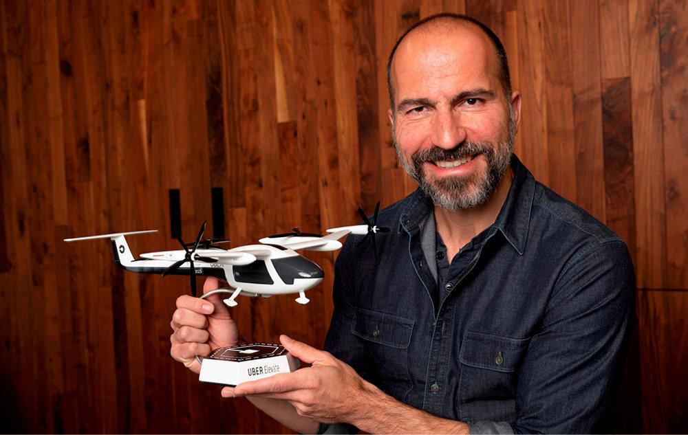 Avenir. Dara Khosrowshahi danssonbureau deSanFrancisco, le19novembre. Dansles mains du PDG d'Uber, une maquette de voiture volante.