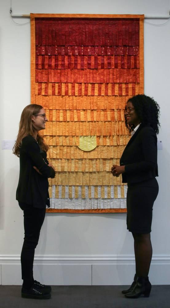 Abdoulaye Konaté tire de ses sculptures textiles une matière inépuisable dans laquelle il inscrit les signes et symboles des sociétés secrètes maliennes («Hommage aux chasseurs du Mandé» – 1994) ou dévoile une lecture du monde et de ses événements («Bosnie, Rwanda, Angola» – 1995). ©  DANIEL LEAL - OLIVAS