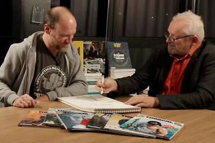 Fred Vignaux (à gauche) et Grzegorz Rosinski (à droite) lors d'une session de dessins au Point Pop.