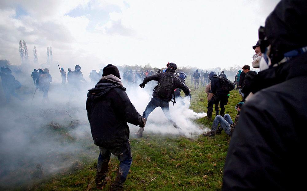 Action directe. Le 15avril 2018, une centaine d'activistes de l'ultragauche infiltrent une manifestation pacifiste contre le démantèlement de la ZAD de Notre-Dame-des-Landes.