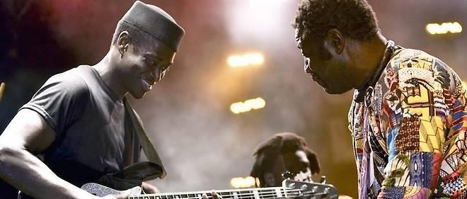 Le bassiste et chanteur sénégalaisAlune Wade , ici au festival de Jazz de Saint-Louis en 2017, illustre la couverture du livre « Africa is Music »,