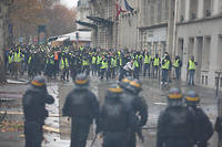 À proximité du rond-point des Champs-Élysées, samedi 1er décembre.   ©ELYXANDRO CEGARRA