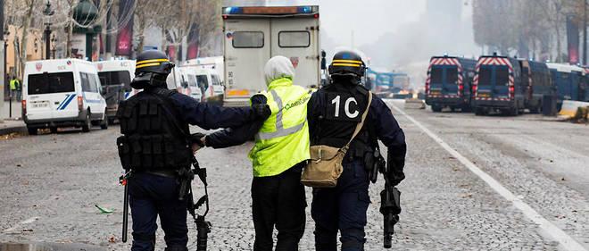 Plus de 400 personnes ont été interpellées samedi après la manifestation des Gilets jaunes, soit « un niveau jamais atteint dans les dernières décennies » selon le préfet de police Michel Delpuech.