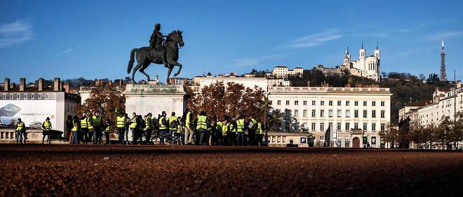 Des Gilets jaunes place Bellecour le 24 novembre. Le 8 décembre, la place sera l'épicentre de la Fête des lumières, mais les manifestants ont appelé à s'y retrouver pour «l'acte IV» de leur mouvement.