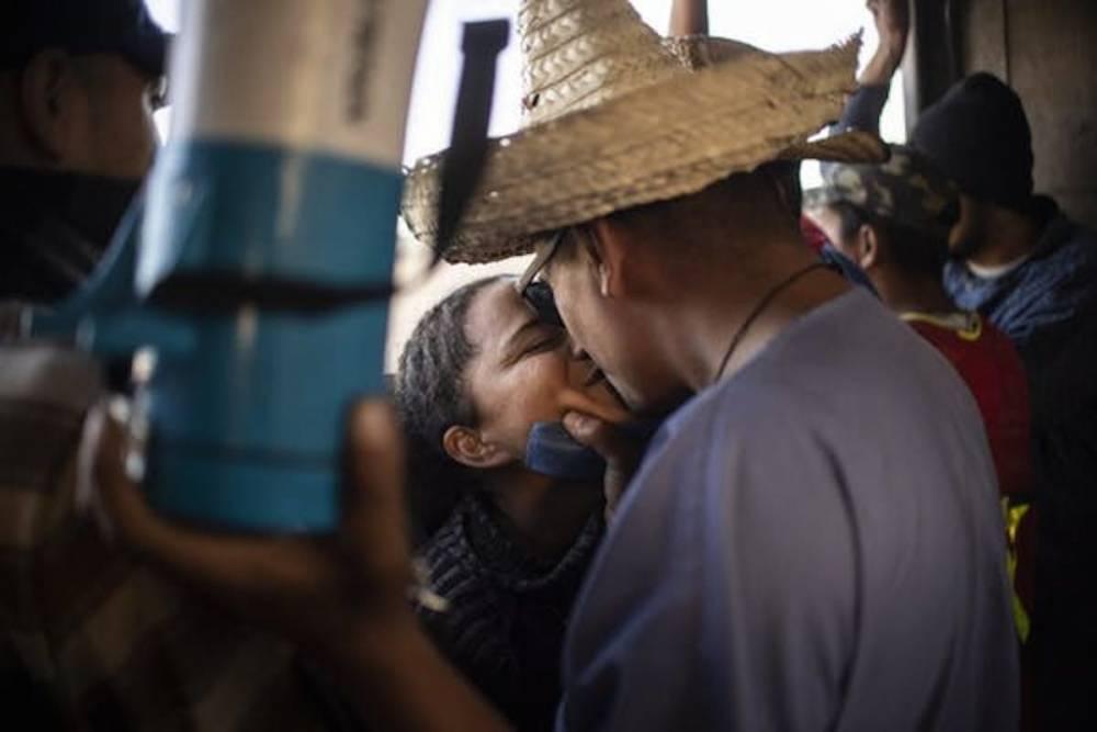 Un couple de migrants centraméricains, le 28 novembre 2018, à bord d'un camion les acheminant à Tijuana (Mexique), à la frontière avec les États-Unis.  ©  Pedro Pardo/ AFP