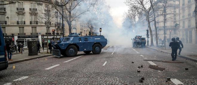 Blindés de la gendarmerie près des Champs-Élysées lors de la manifestation des Gilets jaunes, le 8 décembre.  ©ZAKARIA ABDELKAFI