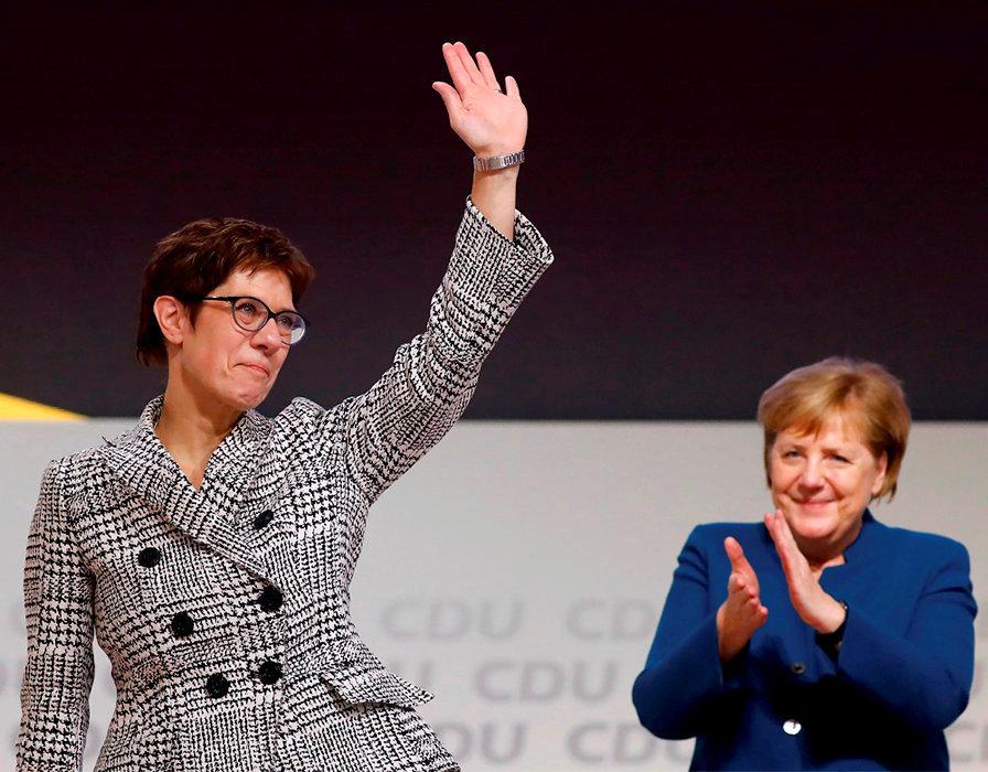 Annegret Kramp- Karrenbauer et Angela Merkel, le 7décembre, à Hambourg. Aux manettes de la CDU pendant dix-huit ans, la chancelière a cédé sa place à la secrétaire générale du parti.