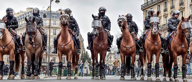 La police montée est intervenue dans les manifestations des gilets jaunes samedi à Paris.