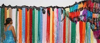 """Visiteuse de l'exposition Art/Afrique (2017) devant """"Ndize : Tail"""" (détail), de l'artiste sud-africain Nicholas Hlobo, 2010. (Fondation Louis Vuitton, Paris)"""