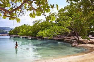 La plage sauvage de Button a un bar à cocktails de fruits et de rhum, ainsi qu'un petit restaurant pour déguster la pêche du jour ou des plats jamaïcains d'inspiration indienne.