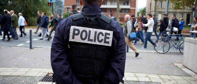Avec deux complices, le jeune homme a braqué un passant avec une arme de poing.