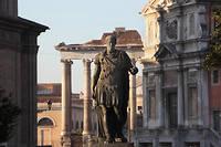 À Rome, statue de Jules César devant le temple de Saturne.  ©Manuel Cohen
