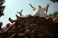Avant un baptême collectif par des évangélistes brésiliens dans les eaux du Jourdain, en octobre 2007.  ©MENAHEM KAHANA