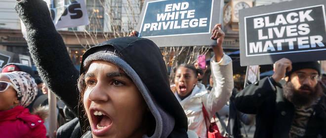 Manifestation à New York le 28 novembre 2014 pour protester contre le refus du grand jury de poursuivre le policier Darren Wilson pour la mort d'un jeune Noir, Michael Brown, à Ferguson (Missouri).