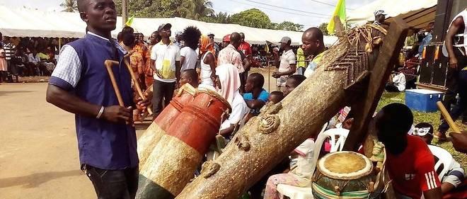Le Djidji Ayokwe est un tambour sacré du peuple Ebrié de la région d'Abidjan. C'est un objet symbolique de communication arraché pendant la colonisation, il servait à alerter les populations de l'arrivée des colons.