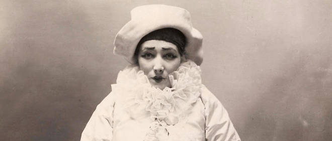 Sarah Bernhardt dans Pierrot assassin de Paul Nadar. Félix Nadar avait photographié Sarah Bernhardt lorsqu'elle était inconnue, pressentant qu'elle allait réussir une sacrée carrière. Paul, à son tour, l'immortalisa en 1883 lorsque la prédiction de Félix fut réalisée.