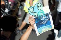 Pancarte « Urgence climat, there is no planet B ! ». 800 rassemblements ont eu lieu à travers le monde.  ©Laurent CERINO/REA