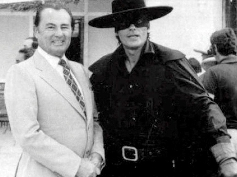 Provoc. Sur le tournage de «Zorro», en 1974, ilpose avec le fasciste belge Léon Degrelle.