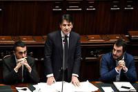 Autour du président du Conseil italien Giuseppe Conte, Luigi Di Maio (à gauche) et Matteo Salvini.  ©
