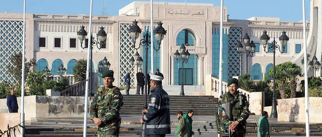 Contrairement à la Constitution en place avant la chute de Ben Ali en 2011 qui plaçait Carthage au cœur du pouvoir, celle votée en 2014 donne davantage de pouvoir à la Kasbah.