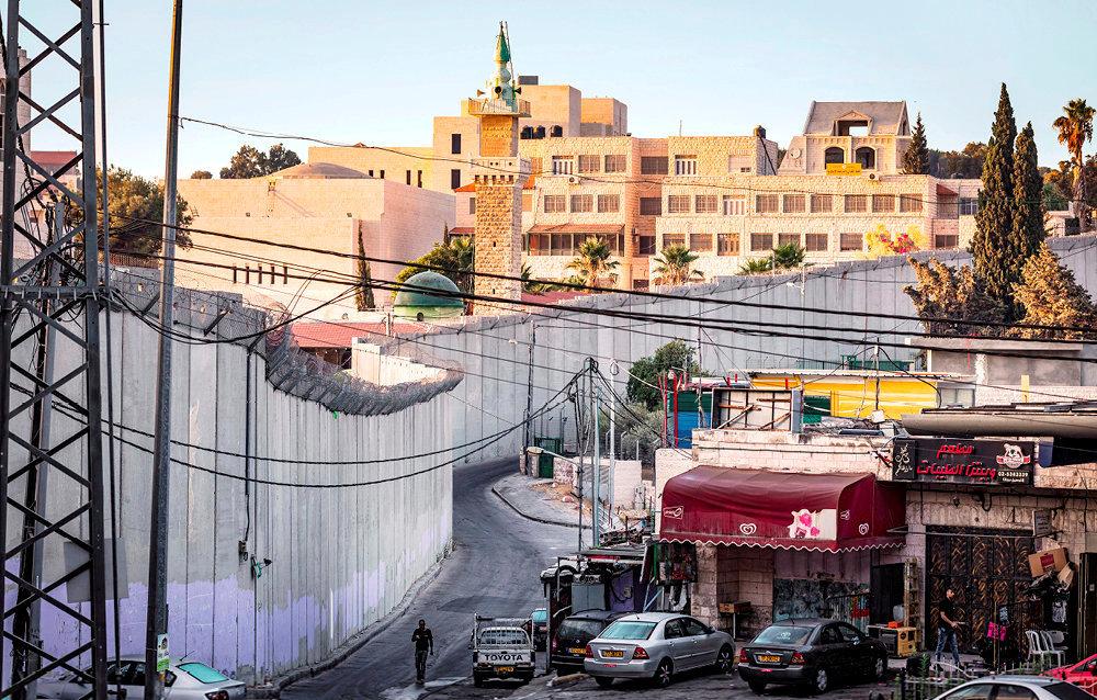 Fossé. Dans les faubourgs de Jérusalem-Est, du côté israélien du mur séparant l'Etat hébreu de la Palestine.