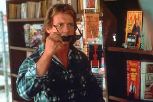 """Dans ce film, le catcheur Roddy Piper, à qui Carpenter a confié le premier rôle, évoque tantôt Richard Dean Anderson ("""" McGyver )"""" et Michael J. Fox dans """" Retour vers le futur"""" ."""