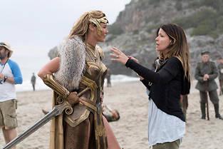 La réalisatrice Patty Jenkins sur le tournage de Wonder Woman.  ©Clay Enos