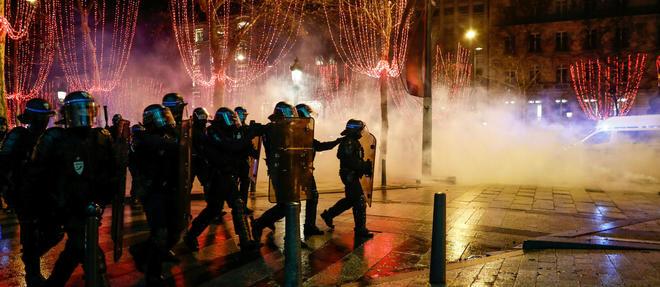 Les Champs-Élysées sont devenus le symbole des manifestations des Gilets jaunes.  ©SAMEER AL-DOUMY