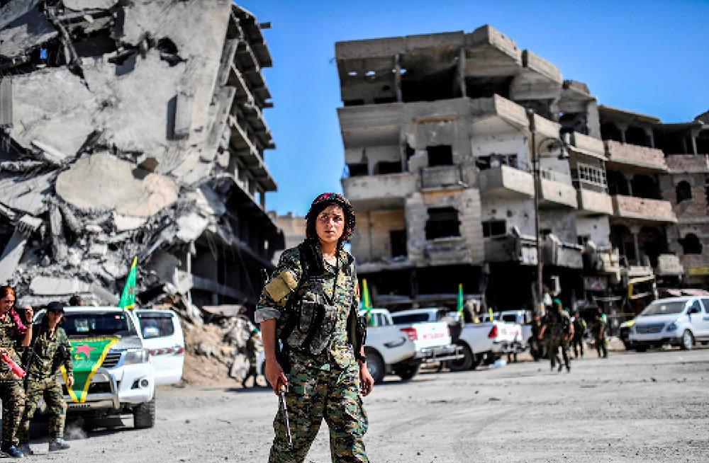 Peshmerga. Une combattante kurde des Forces démocratiques syriennes à Raqqa, le 19octobre 2017, deux jours après que la ville a été reprise aux islamistes de Daech.