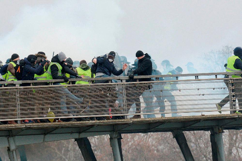 Fureur. Violents affrontements entre gilets jaunes et forces de l'ordre sur le pont Léopold-Sédar-Senghor, à Paris, le 5janvier.