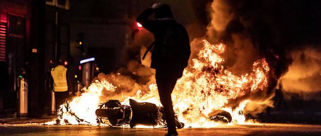 Une moto incendiée par des Gilets jaunes dans une rue parisienne le 8 décembre dernier.