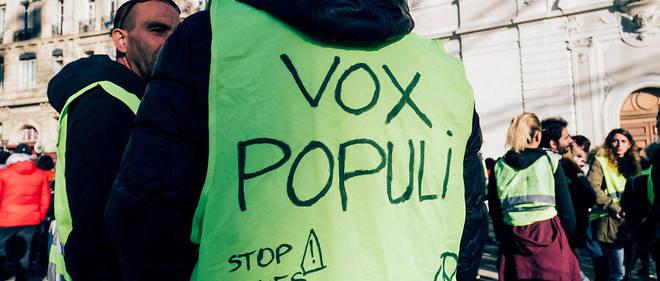 L'un des seuls journalistes acclamés par les Gilets jaunes est Rémy Buisine, du média Brut, qui couvre les manifestations à l'aide de son smartphone.