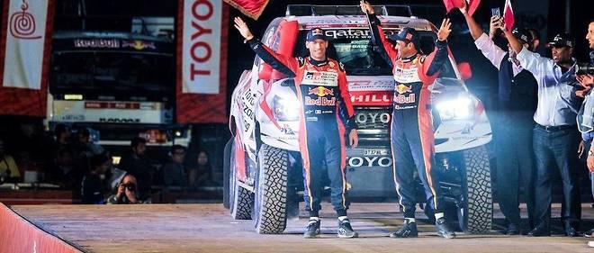 Nasser Al-Attiyah, sur le podium au départ du Dakar à Lima, au côté de son copilote, le Français Mathieu Beaumel.