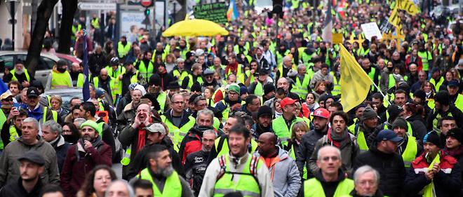 À trois jours du débat national censé apaiser leur colère, des dizaines de milliers de Gilets jaunes étaient de nouveau dans les rues samedi partout en France pour l'acte IX de leur contestation contre la politique sociale et fiscale du gouvernement, notamment à Bourges et Paris où des heurts ont éclaté.