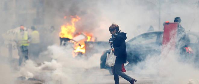 «Comme on eût aimé que les adversaires politiques d'Emmanuel Macron s'indignent qu'on puisse décapiter son mannequin de chiffons ou brûler son effigie.», écrit Michel Richard. Image d'illustration