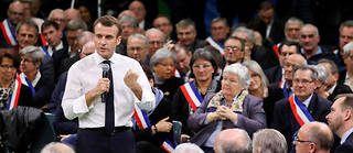 Emmanuel Macron, au milieu des maires normands.  ©LUDOVIC MARIN